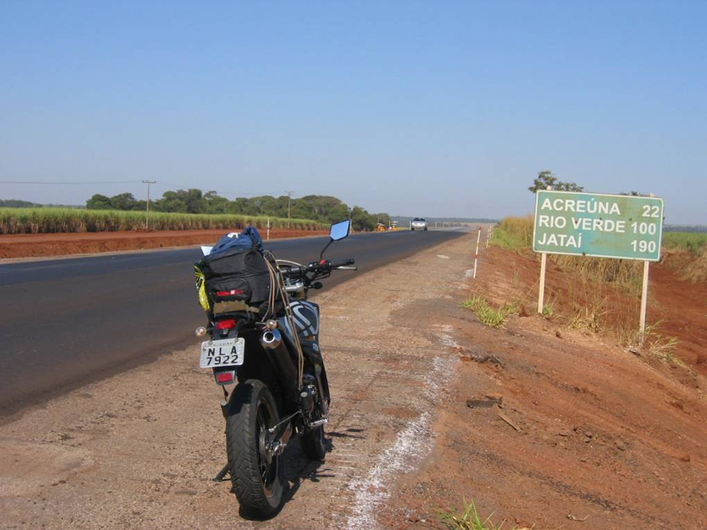 Some images of the southeast region of Goiás. A damn close to Itajá - GO embelishes the margin of road.
