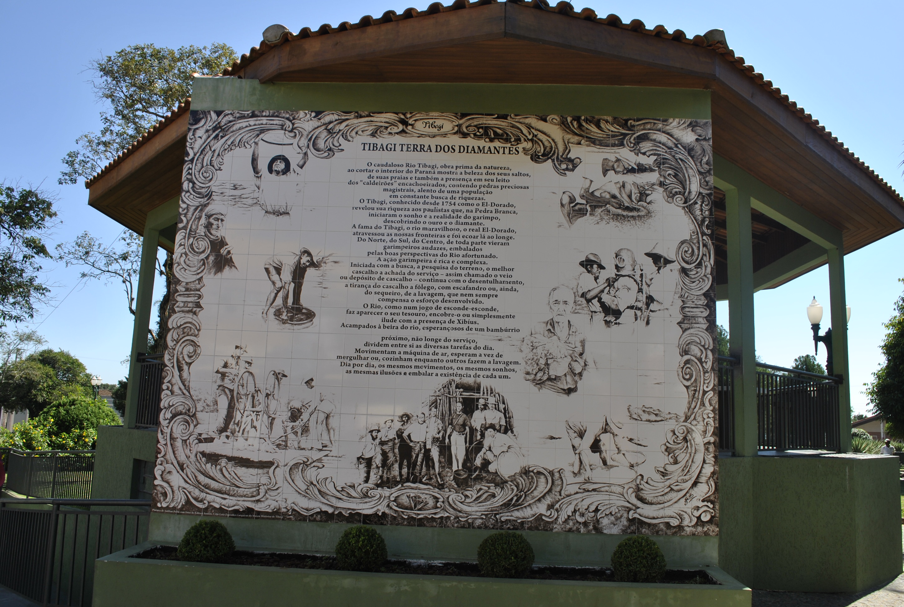 This panel at the central square holds the town history, that is rich and diverse, principally concerning the mining (gold and diamonds) activities.