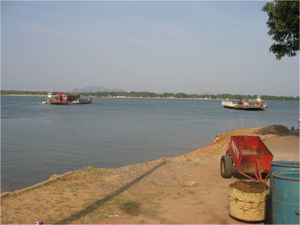 Ferry boat traffic over the Tocantins river.